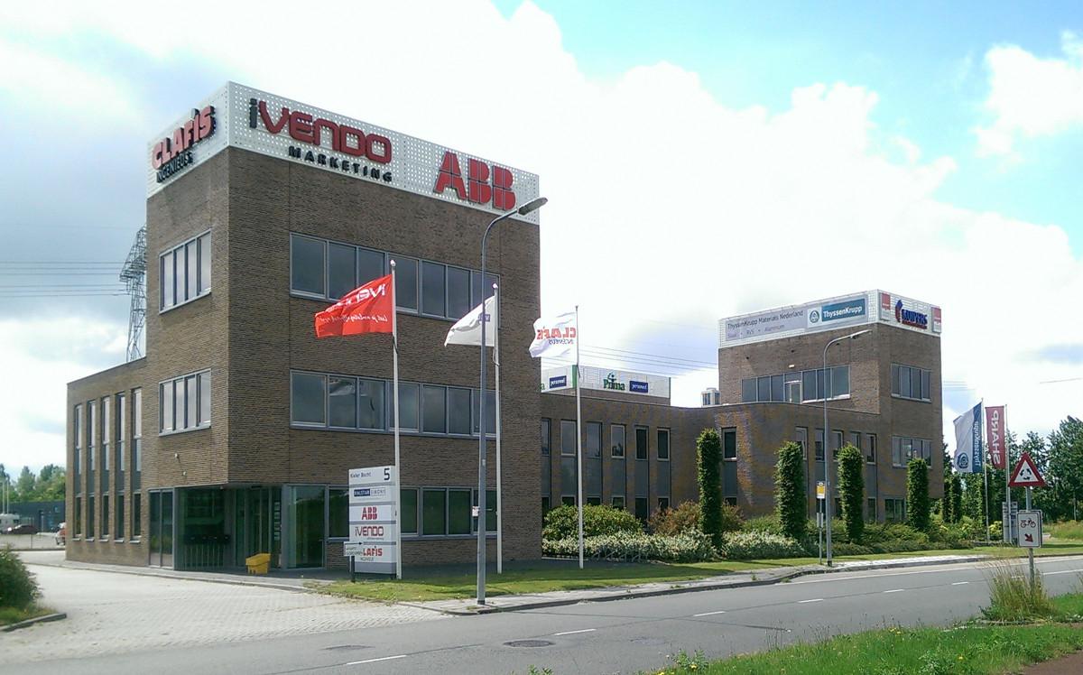 Bedrijfsgebouw Eemspoort Groningen bedrijfsnamen op daklijst toren gezien vanaf de rotonde - BEELEN CS architecten Eindhoven