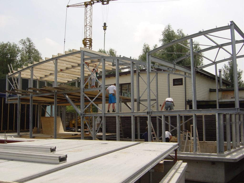 houten ruwbouw in het staalskelet