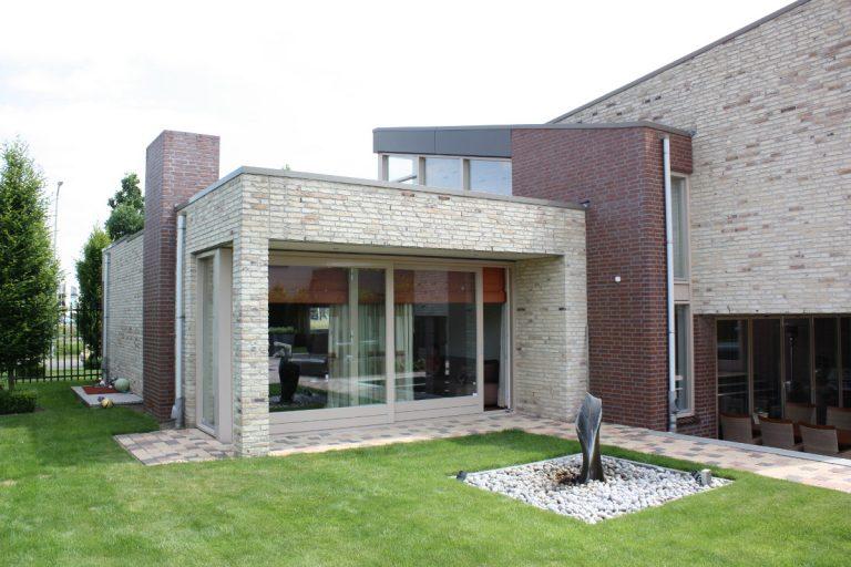 woonkamer met lichtvanger vanaf verdieping - BEELEN CS architecten Eindhoven