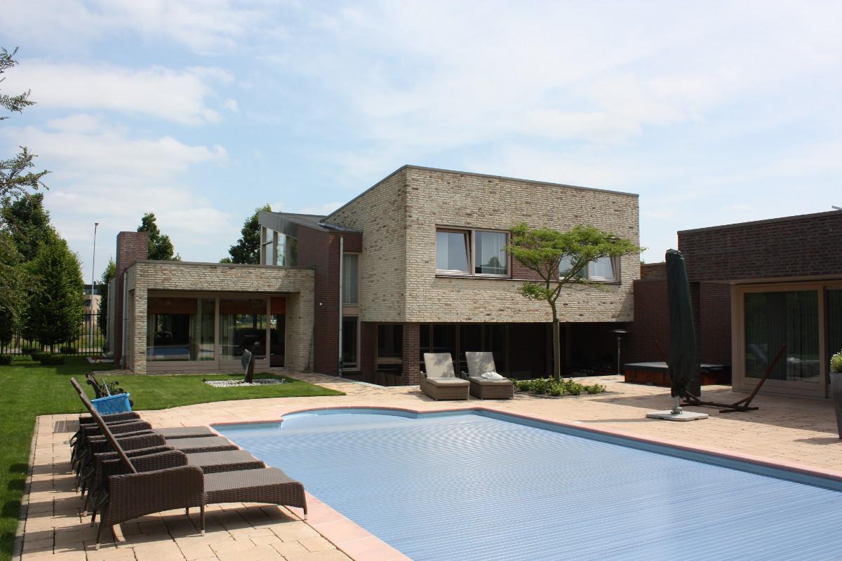 Nieuwbouw ruime villa met kantoor, Weert - tuinzijde met zwembad - BEELEN CS architecten Eindhoven