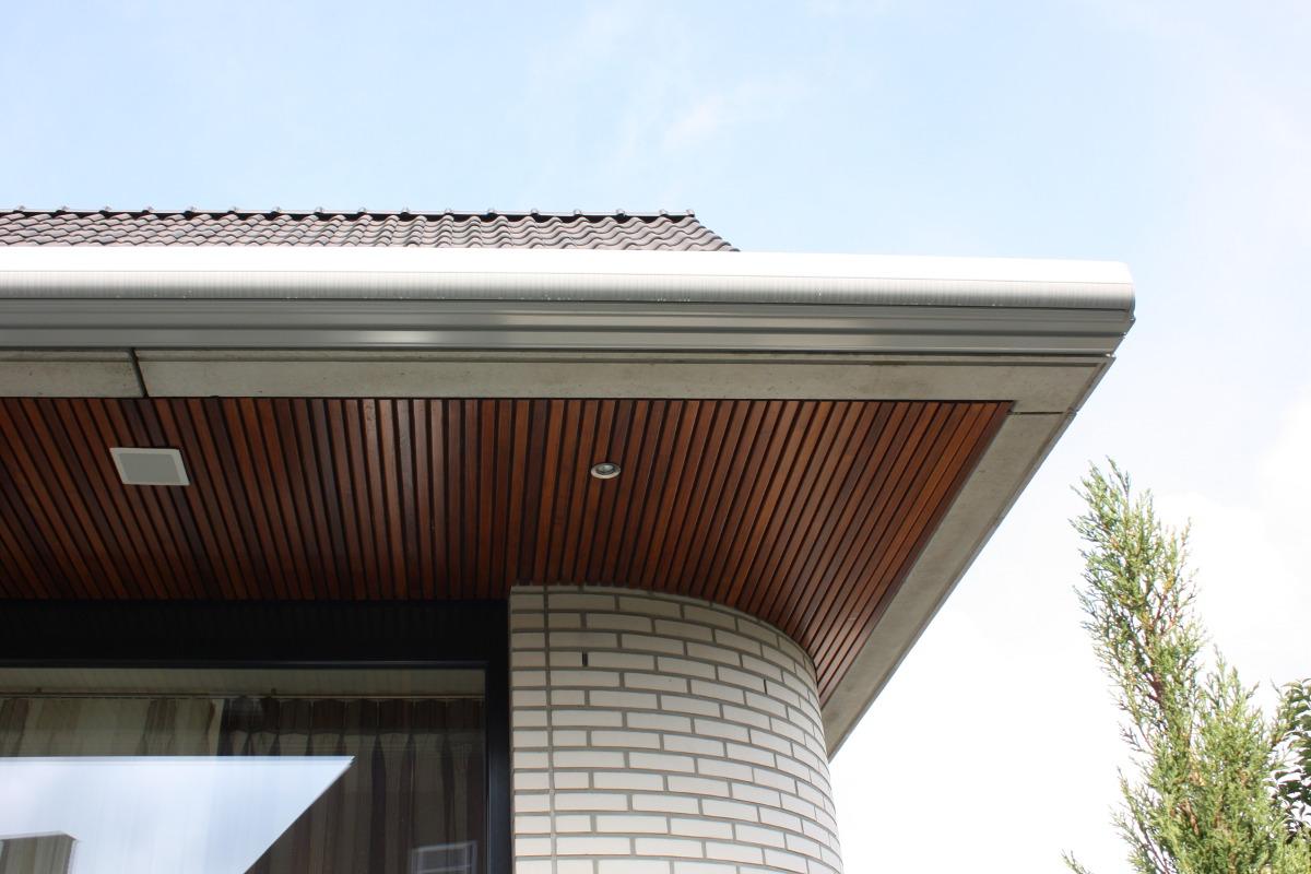 teak houten plafond met betonrand en afgeronde strengpers steen