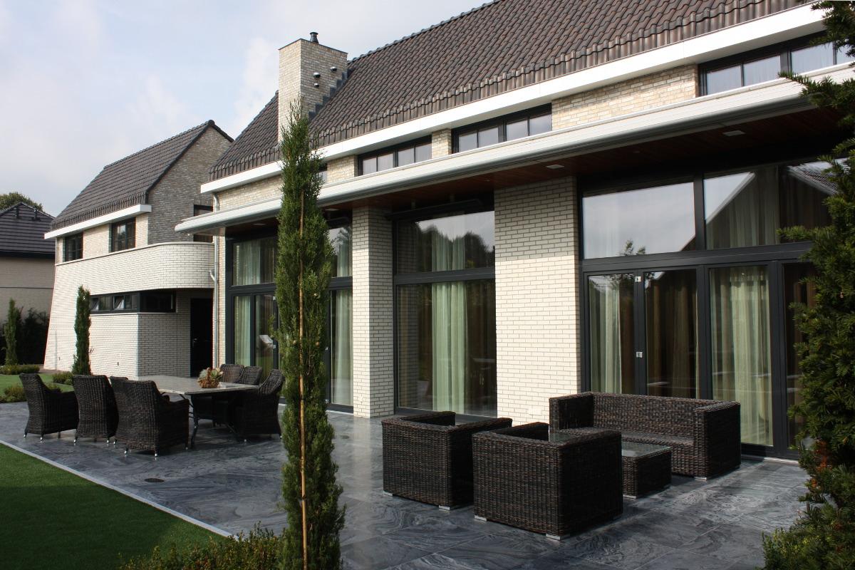 tuinzijde met hoge luifels