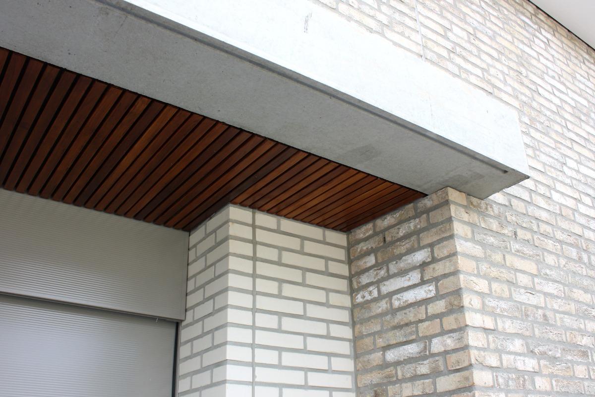 teakhout met beton, strengpers en handvormsteen