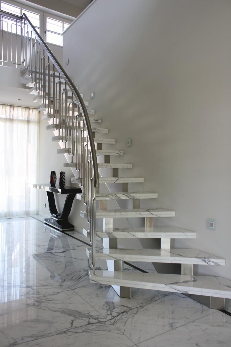 marmeren trap met rvs leuning en marmeren vloer