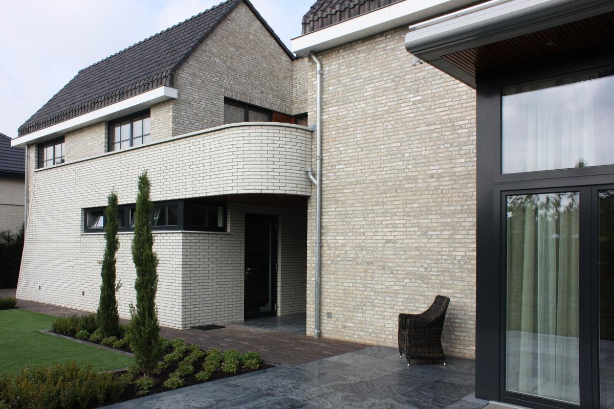 Nieuwbouw luxe villa Keurmeesterlaan Weert - achterom vanuit tuin gezien - BEELEN CS architecten Eindhoven