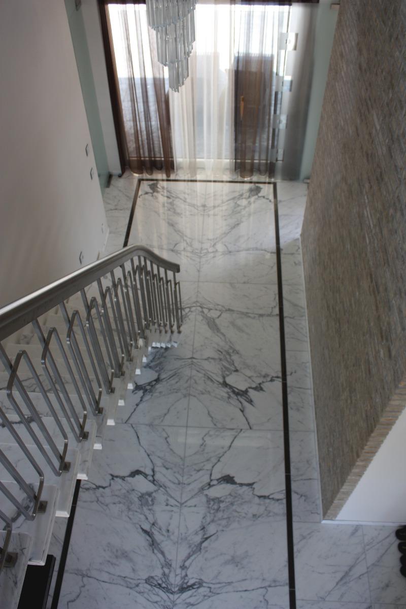Nieuwbouw luxe villa Keurmeesterlaan Weert - marmeren vloer in de hal open boek gelegd - BEELEN CS architecten Eindhoven