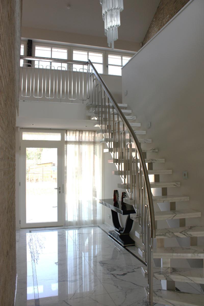 Nieuwbouw luxe villa Keurmeesterlaan Weert - marmeren trap van carrara bianco - BEELEN CS architecten Eindhoven