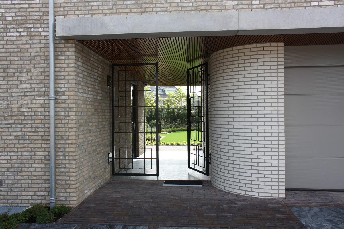 Nieuwbouw luxe villa Keurmeesterlaan Weert - achterom via de poort - BEELEN CS architecten Eindhoven
