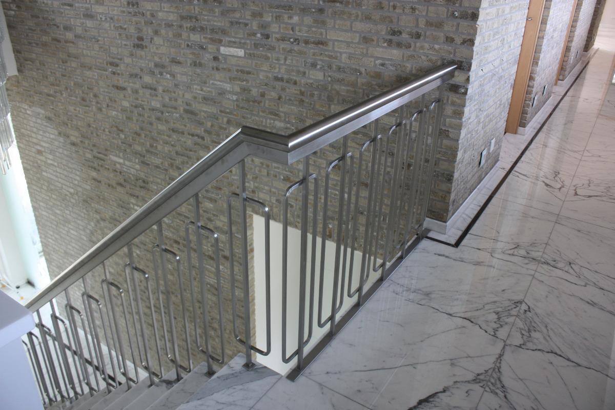 Nieuwbouw luxe villa Keurmeesterlaan Weert - roestvrij stalen traphek met marmeren vloer - BEELEN CS architecten Eindhoven