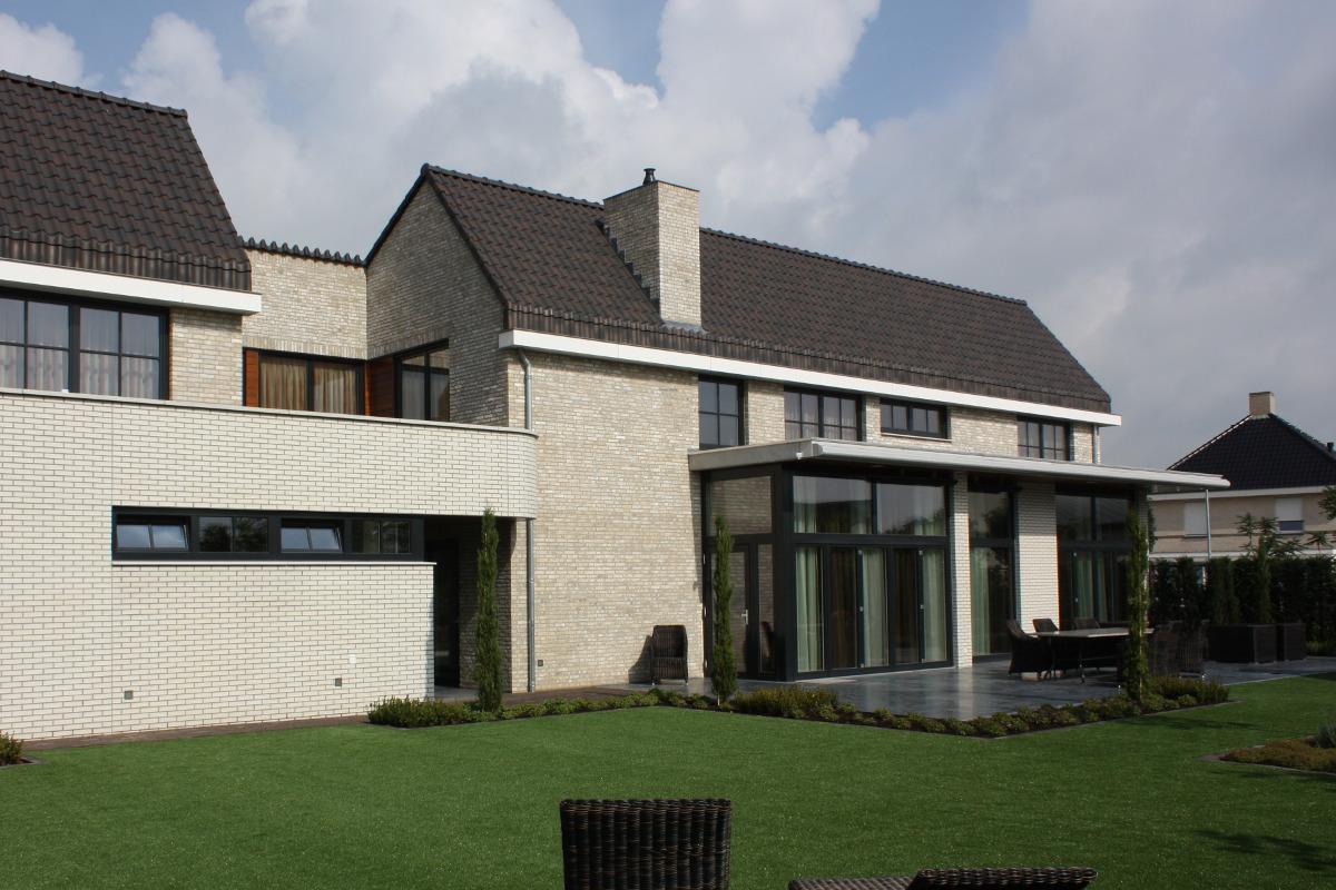 Nieuwbouw luxe villa Keurmeesterlaan Weert - tuinzijde met zicht op de hoge erker- BEELEN CS architecten Eindhoven