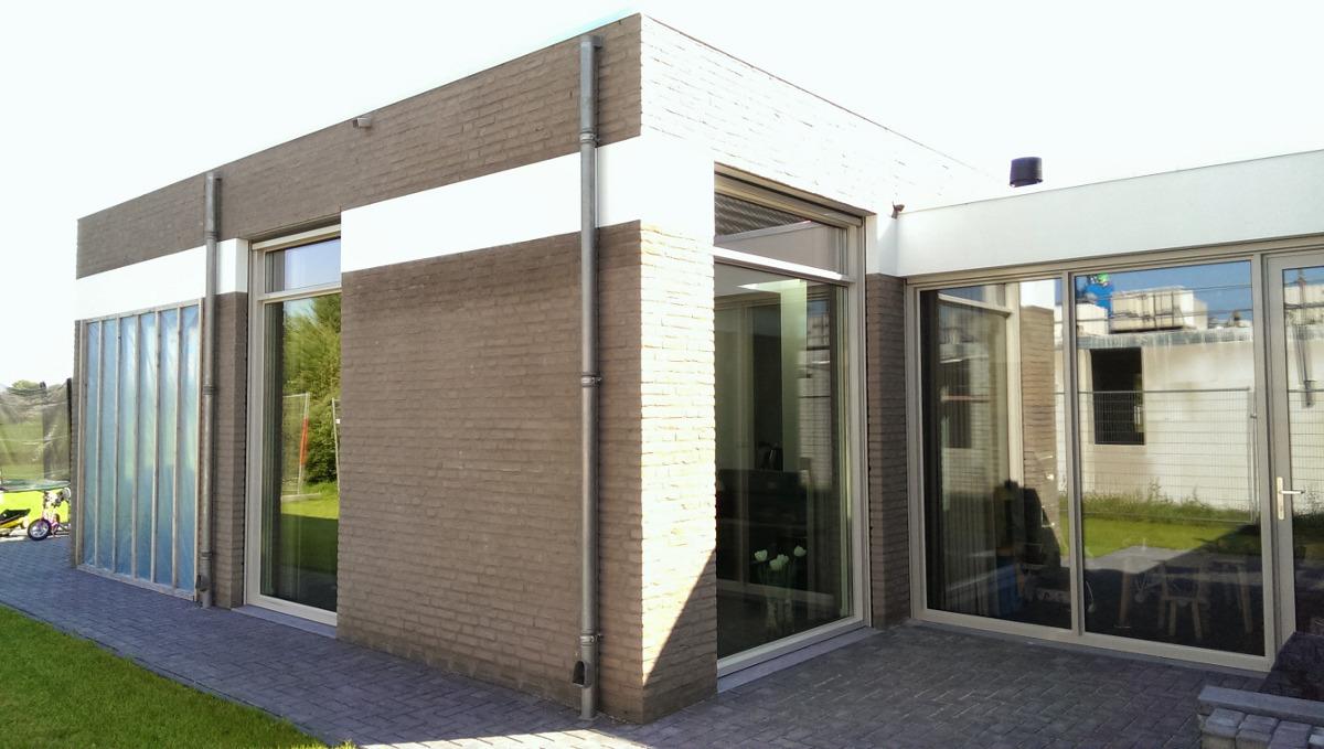 hoge woonkamer met veel lichtinval en zonlicht - BEELEN CS architecten Eindhoven