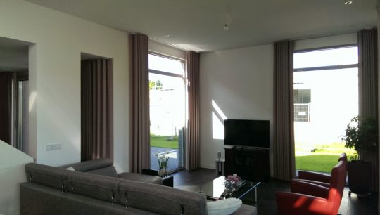 Gezinswoning met ongebruikelijke indeling, Nederweert - extra hoge woonkamer - BEELEN CS architecten Eindhoven