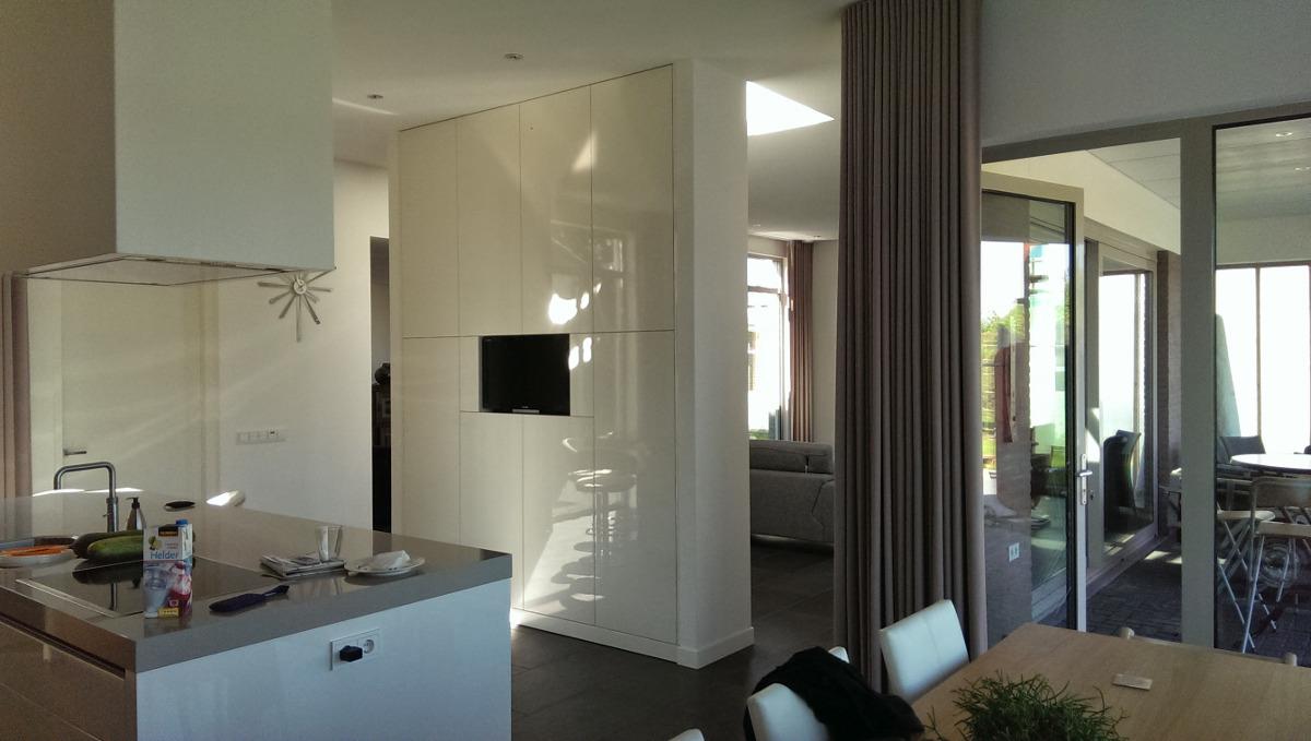 Gezinswoning met ongebruikelijke indeling, Nederweert - keuken en woonkamer gescheiden kastelement - BEELEN CS architecten Eindhoven