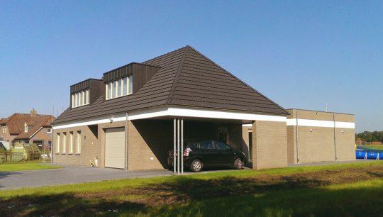Gezinswoning met ongebruikelijke indeling, Nederweert - straatzijde carport - BEELEN CS architecten Eindhoven