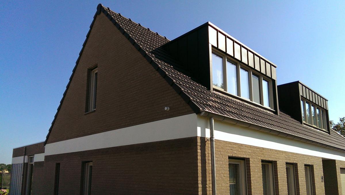 karakteristieke witte stucwerk band rondom verbindt de volumes - BEELEN CS architecten Eindhoven