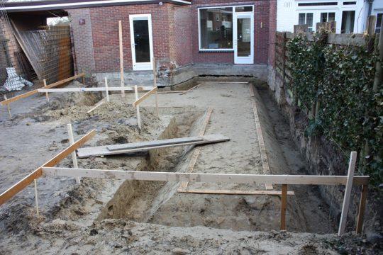 aanbouw en verbouwing woonhuis Helmerslaan Eindhoven bouwfoto grondverbetering en funderingssleuven in zandpakket