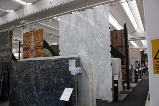 """marmer keuze in Verona voor interieurontwerp nieuwbouw woonhuis showroom voorbeelden van """"open boek"""" marmer"""