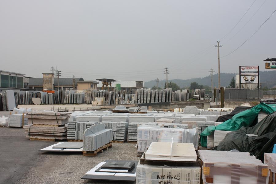 terrein bij marmerhandel
