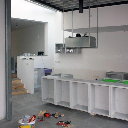 Nieuw leven voor een American Kitchen, het monteren van de opgeknapte keukenkasten