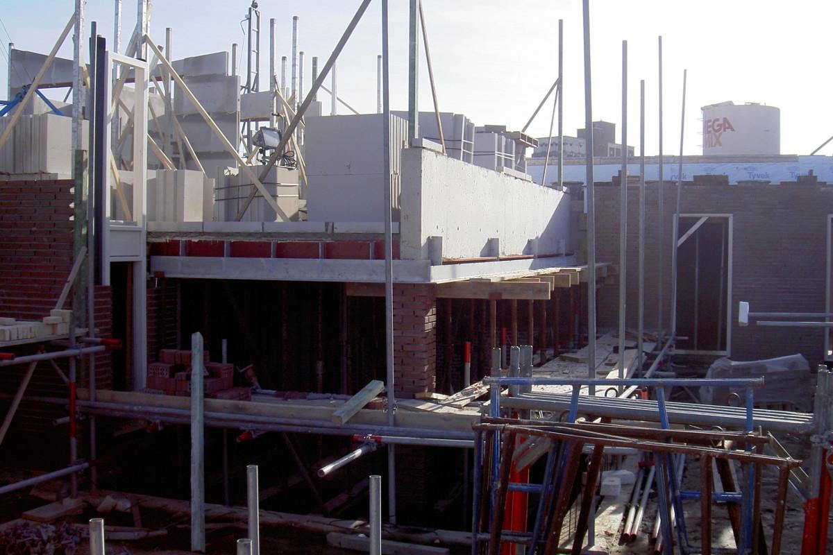 bouwfoto nieuwbouw Woonhuis met kantoor te Weert - betonligger boven terras overspanning