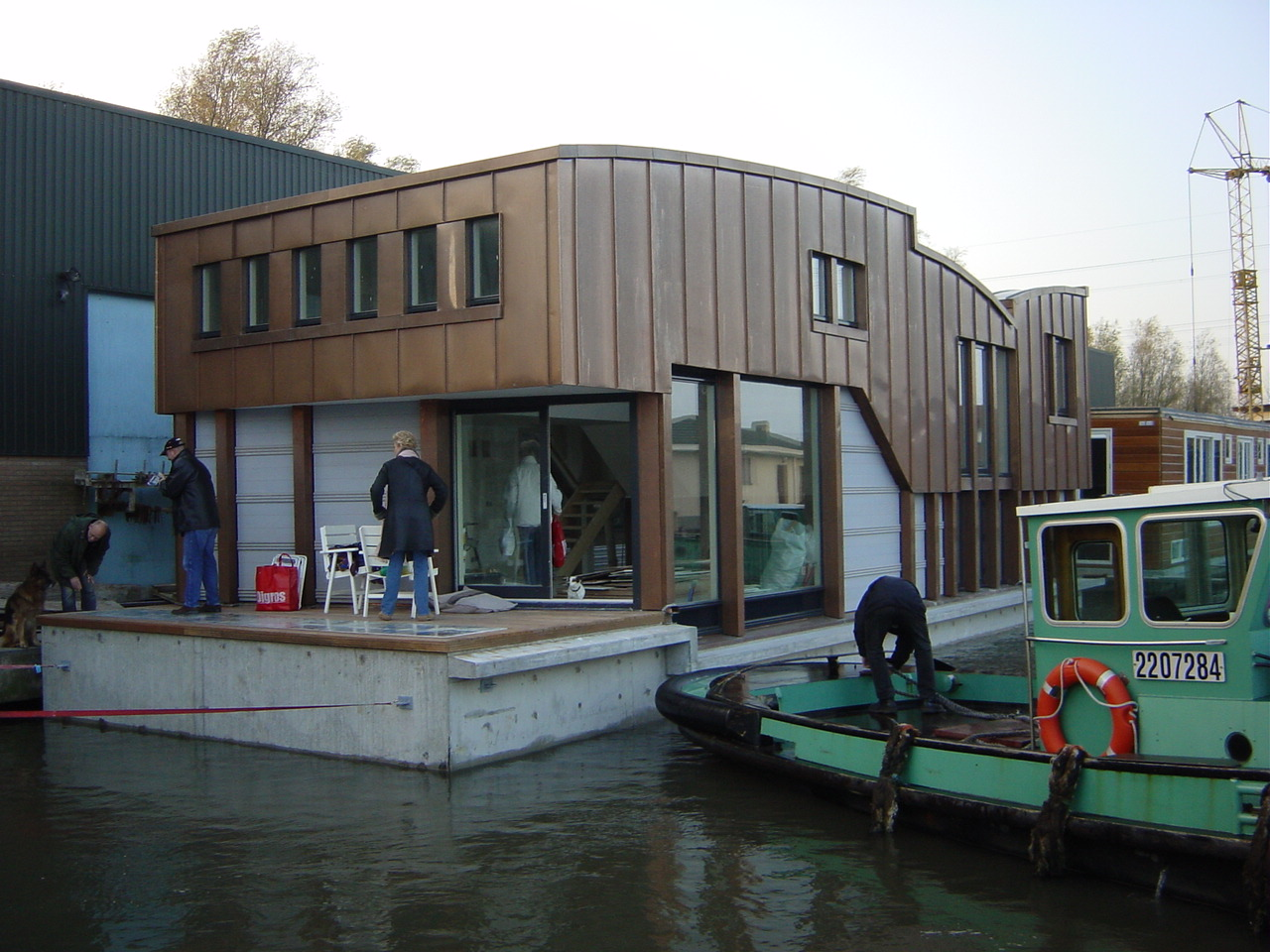 Nieuwbouw woonboot waterwoning in Amsterdam begin van het transport