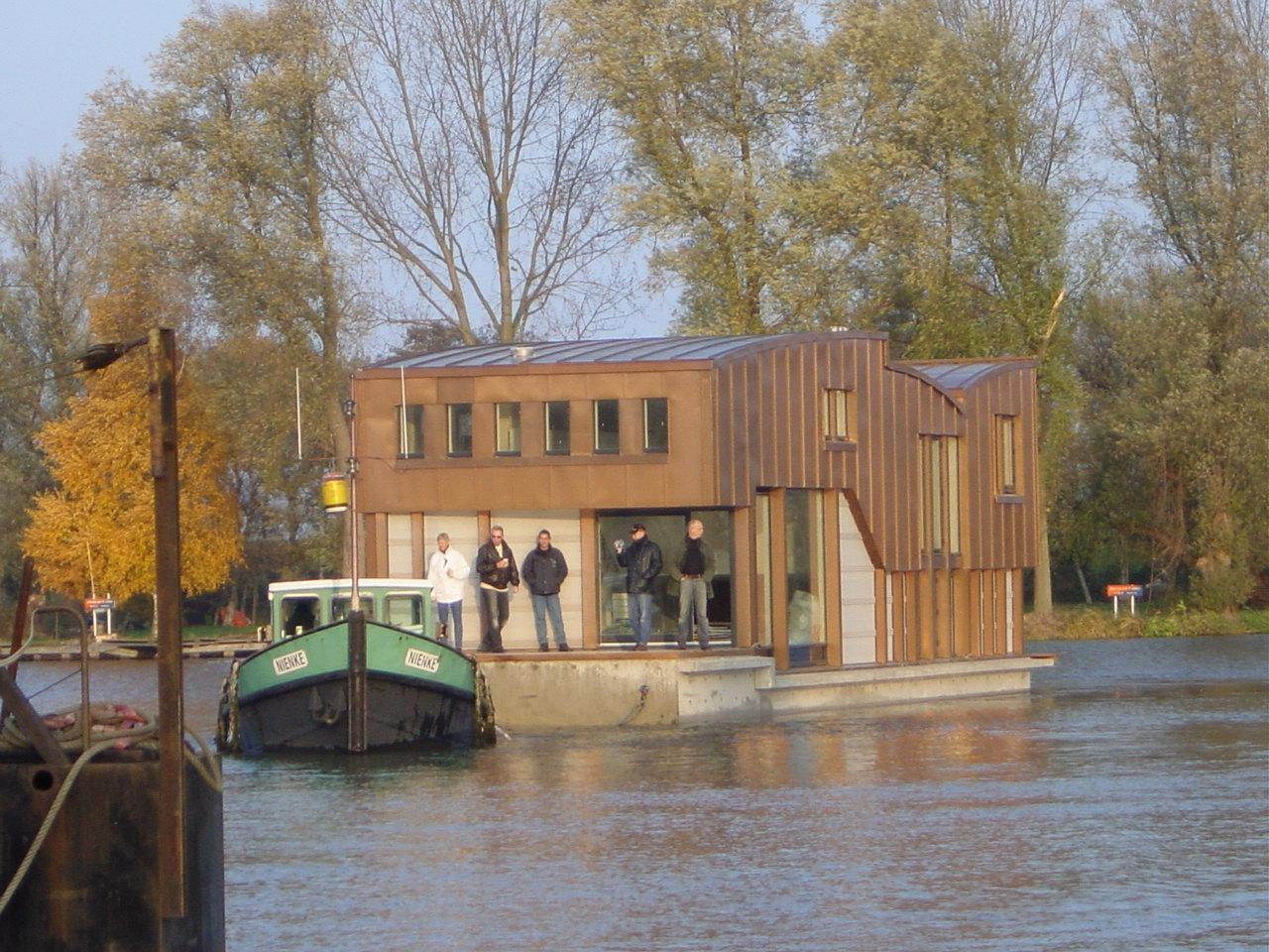 Nieuwbouw woonboot waterwoning in Amsterdam de ligplaats is in zicht