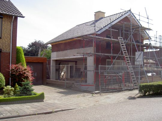 Transformatie tot passiefwoning - bouwfoto zijgevel opengeslagen - BEELEN CS architecten Eindhoven