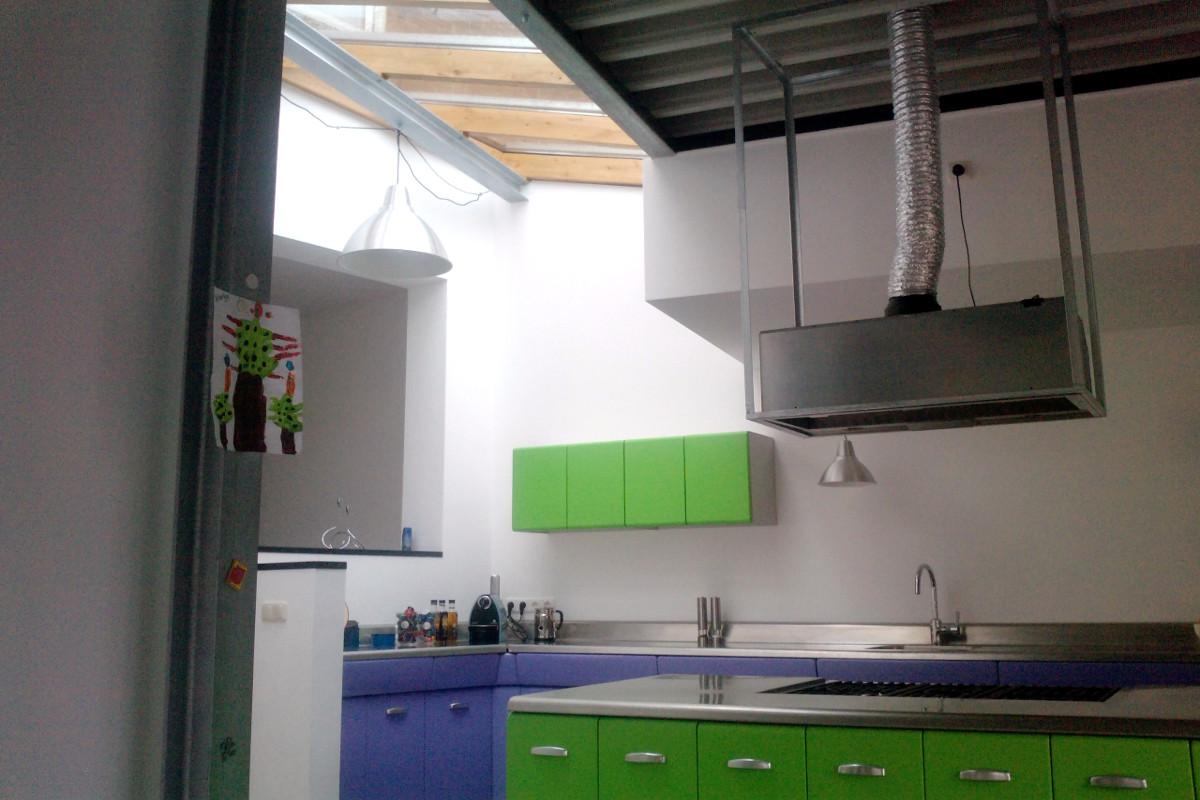 leefkeuken in aanbouw met lichtkap