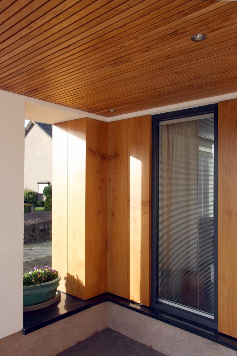 opengewerkte entreenis met eikenhouten lattenplafond