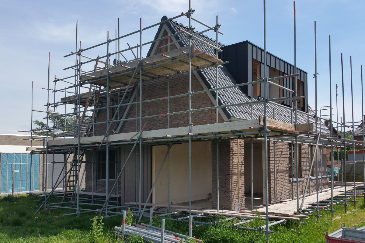 bouwfoto woonhuis in de steigers