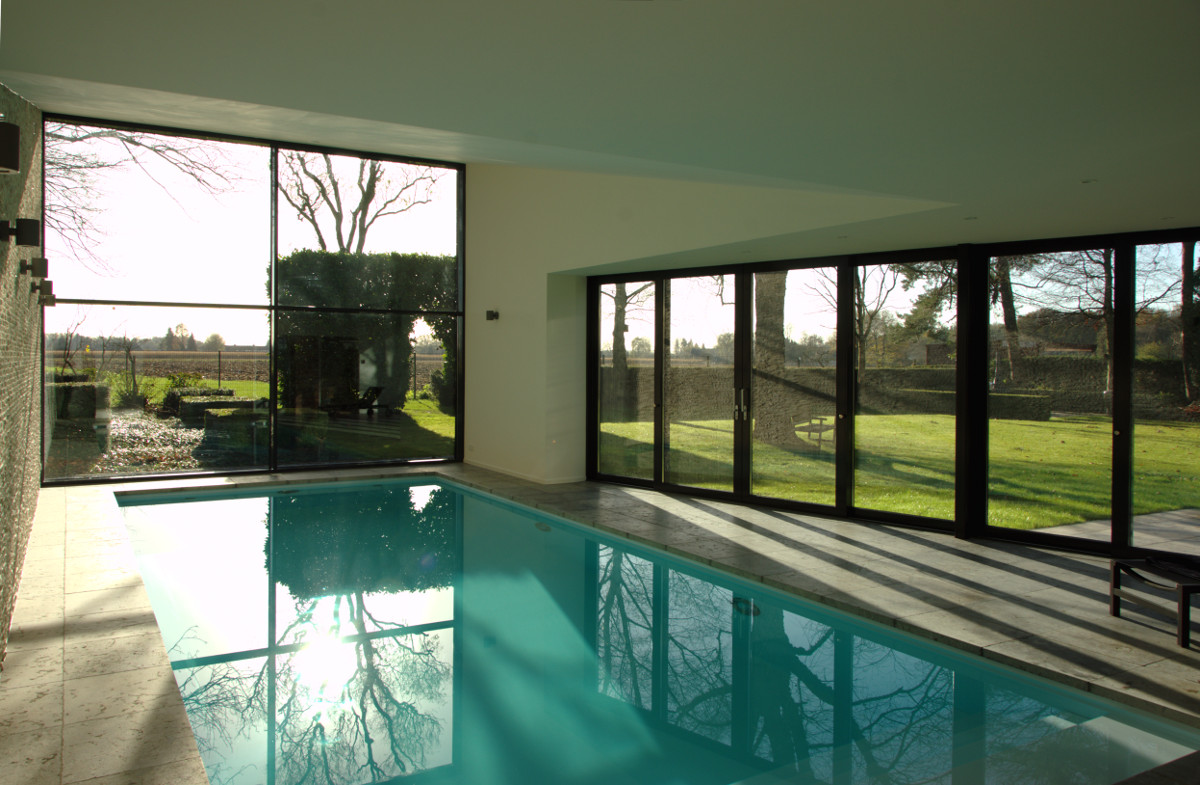 Nieuwbouw privé binnenzwembad Weert, uitzicht op tuin vanuit het zwembad - BEELEN CS architecten Eindhoven