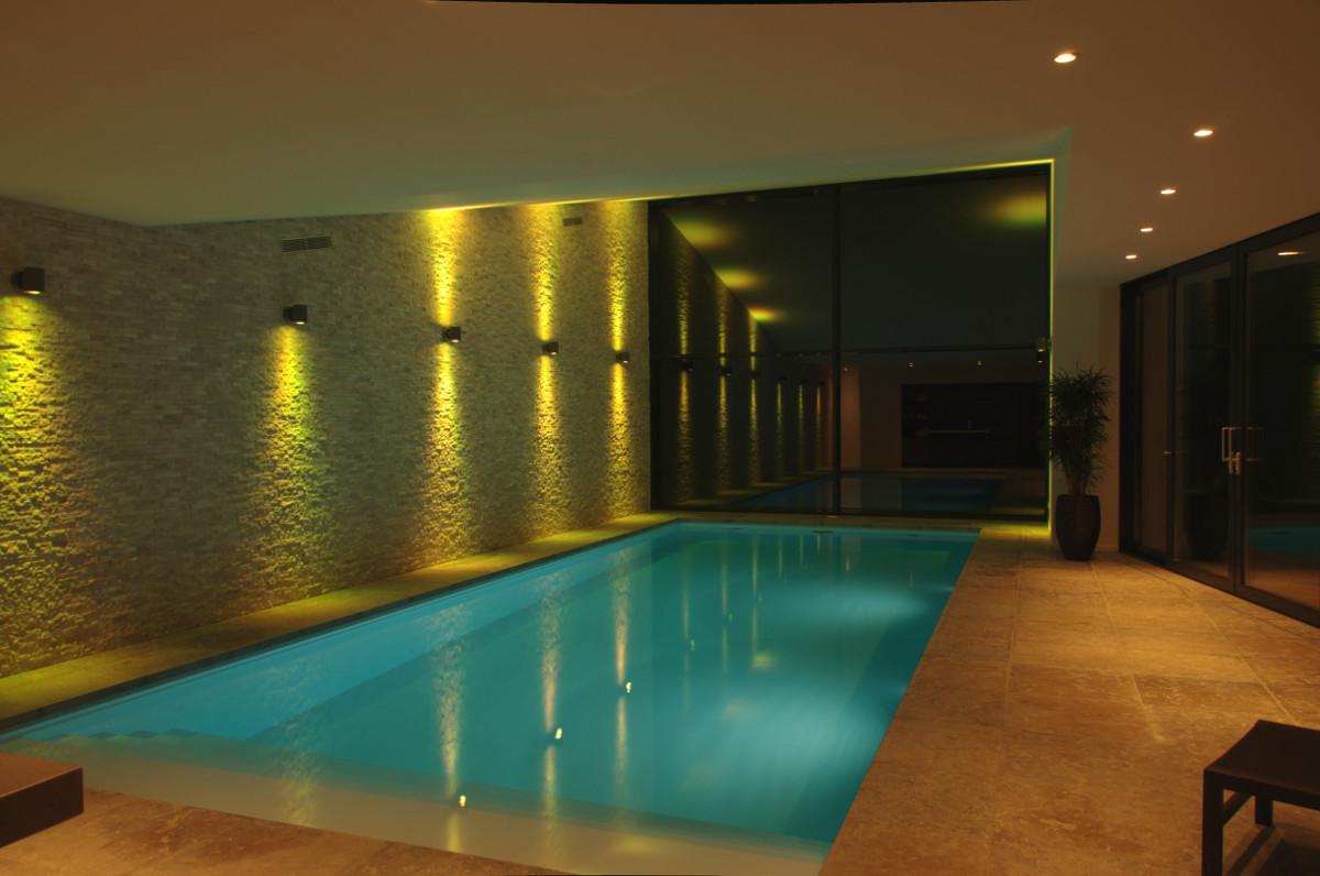 Nieuwbouw privé binnenzwembad Weert, interieur in de avond - BEELEN CS architecten Eindhoven